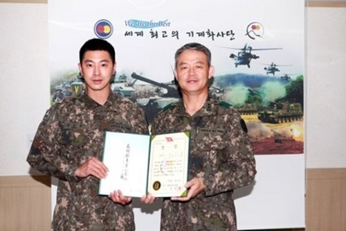 軍服務中に特級戦士に選抜された東方神起のユノ・ユンホ(左、写真=国防部ツイッター)