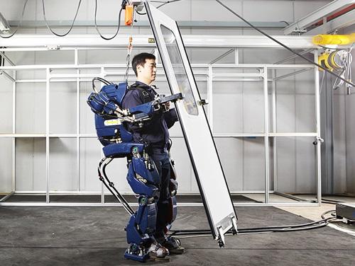 現代自動車が開発中の韓国版「アイアンマンスーツ」(写真=現代自動車グループのブログ)