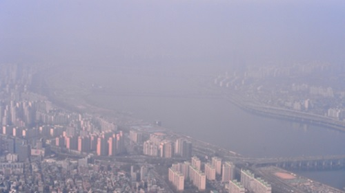 粒子状物質注意報が発令された4月8日午前、ヘリコプターから見下ろしたソウル市内の様子。粒子状物質と霧によって視野が霞んでいる。(写真=中央フォト)