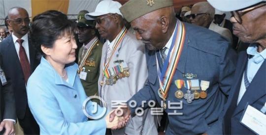 エチオピアを国賓訪問中の朴大統領が27日午後(現地時間)、首都アジスアベバにある韓国戦争(朝鮮戦争)参戦記念公園で行われた第65周年参戦記念式で参戦者と握手している。この日午前、朴大統領は韓国の大統領では初めてアフリカ連合(AU)本部で特別演説をした。