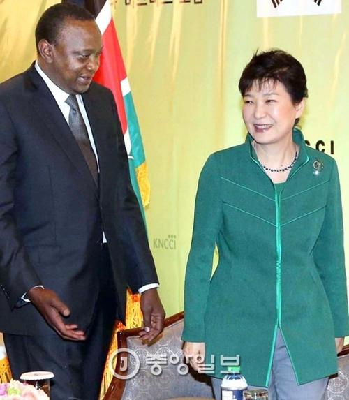 朴大統領とケニアのケニヤッタ大統領が先月31日(現地時間)、ナイロビで両国ビジネスフォーラムに出席している。朴大統領はフォーラムの後、フランスへ向かった。