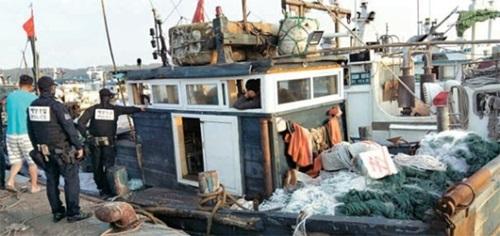 ワタリガニ漁をする韓国漁民が5日未明、延坪島北東側のNLL付近で違法操業中の中国漁船2隻(15トン、22トン級)を拿捕した。写真は延坪港に曳航された15トン級中国船舶。(写真=仁川海洋警察)