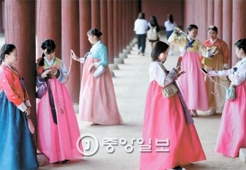 6日午後、ソウル景福宮を訪れた市民が韓服を着て記念写真を撮影している。