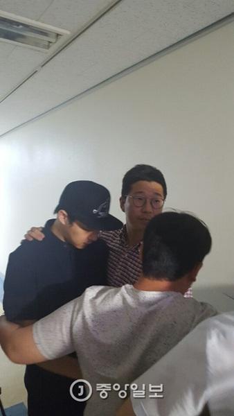 14日、江南(カンナム)区庁に出勤して体調が良くないという理由で病気休暇を取って戻るパク・ユチョン氏。
