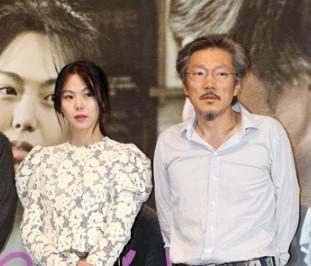 女優のキム・ミニ(左)と映画監督のホン・サンス