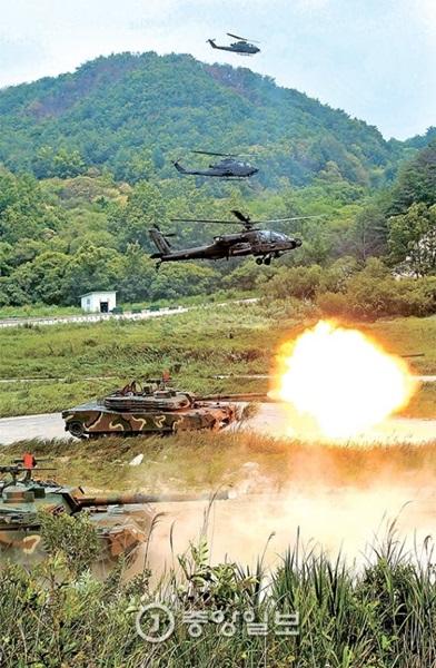 22日、京畿道楊坪のピスン射撃場で韓米陸軍航空連合実射撃演習が実施され、韓国のK-1戦車が火を噴いている。