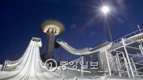 江原道平昌(カンウォンド・ピョンチャン)のアルペンシアスキージャンプ台(夜間撮影)。