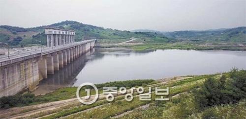 京畿道漣川郡(キョンギド・ヨンチョングン)の民間人統制ライン近隣に造成された郡南(クンナム)ダムが27日午後、水門7つを1.5メートル高さに上げて放水した。満水位に達した北朝鮮の黄江(ファンガン)ダムの奇襲の無断放流に備えるためだ。
