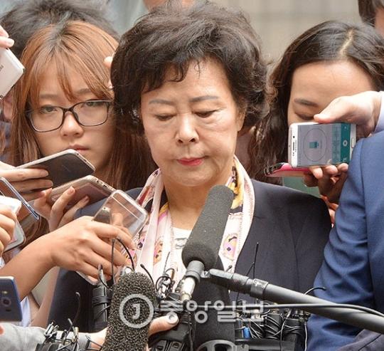 辛英子(シン・ヨンジャ)ロッテ奨学財団理事長が1日、ソウル中央地検の前で硬い表情で質問を受けている。