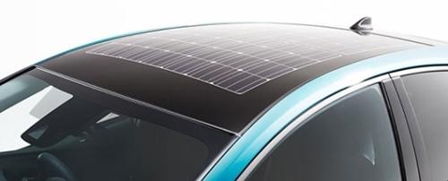 今秋発売されるトヨタの「プリウスPHV」。屋根に太陽光発電パネルが搭載されている。 (写真=トヨタ)