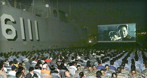 26日、釜山海軍作戦司令部に停泊中の揚陸艦「独島」の艦上で『仁川上陸作戦』試写会が開かれた。軍将兵とその家族、地域報勲団体関係者など1200人余りが映画を観覧した。