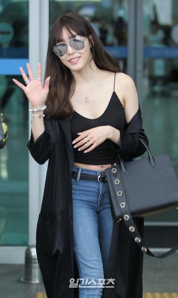 26日午後、シンガポールに向かうため仁川国際空港に登場した少女時代のティファニー。