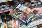 「食事をするときはみんなでにぎやかに」という意識が日本よりも強い韓国ですが、市場調査専門機関の調査によると、一人暮らしの増加などによって最近お一人様が増え、コンビニ弁当の売り上げが急増しているとのこと。各コンビニは競うように、主力商品となった弁当の企画に工夫を凝らしています。