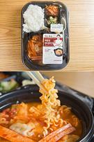 「CU」は先月、韓国にコンビニが登場してから27年にして初めて、弁当が売上高1位を記録したと発表しました。有名料理研究家ペク・ジョンウォンとのコラボ弁当などが人気で、今後種類を増やして販売を続ける予定です(写真は「ペク・ジョンウォンプデチゲ/3,800ウォン」)。