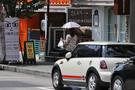 「年配者のアイテム」というイメージが強かった日傘が若者の間に浸透しはじめたことには、近年の健康・美白ブームに加えて、例年よりも早い猛暑の訪れで相次ぐ、日焼け止めクリームの品切れが関係しているとも。