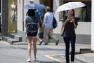 デザインもかわいい模様やワンポイントアクセントが入ったものなど種類豊富。日傘が単なる日焼け防止用や暑さ対策ではなく、ファッションアイテムの一部としても利用されはじめているようです。