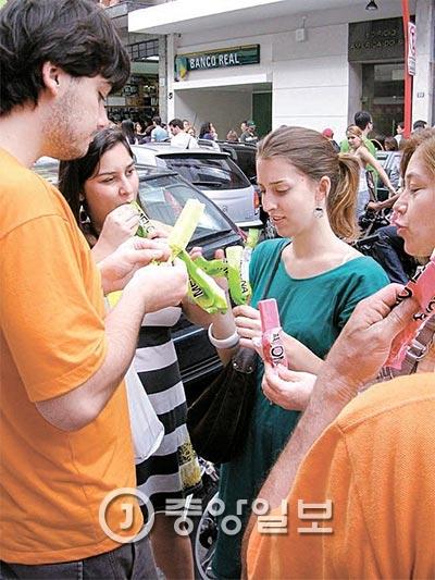 ブラジルの若者たちが、現地の人気おやつとして定着した韓国のメローナアイスバーを食べている。(写真=中央フォト)