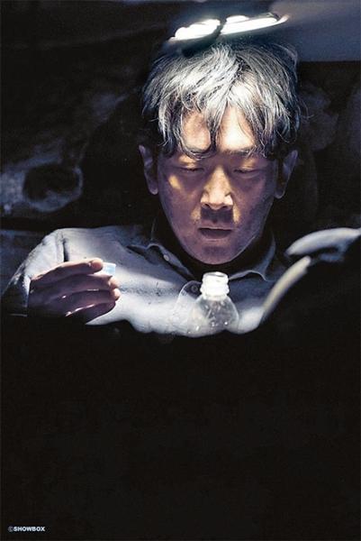 猛暑を忘れさせてくれる韓国映画が公開を待っている。ハ・ジョンウ主演の『トンネル』も公開の準備が整った。(写真提供=各映画会社)