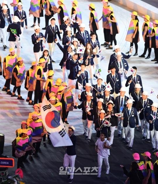 開会式で入場行進する韓国選手団