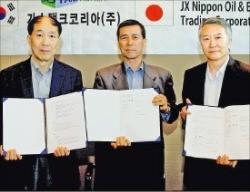 イ・チャニュ(写真左)、キム・チュンホ(写真右)ガスタンクコリア共同代表と武川昌俊JXトレーディング社長(写真中)が輸出契約調印式を行った。