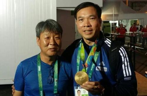 7日、10メートルのエアピストル決勝が行われたリオデジャネイロオリンピック(五輪)射撃センター。202.5点という五輪新記録をマークし、秦鍾午(チン・ジョンオ)を退けて金メダルを獲得したベトナムの射撃選手ホアン・シャンビン(42)の口からは韓国語が出てきた。ホアン・シャンビンは金メダルを首にかけた後、パク・チュンゴン監督(50、左)に向かって「サンキュー、監督様」と語った。黄色のベトナムのユニホームを着たパク監督の顔には笑みが浮かんだ。