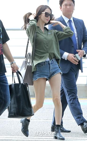 8日午前、仁川国際空港に登場したガールズグループ少女時代のユナ。