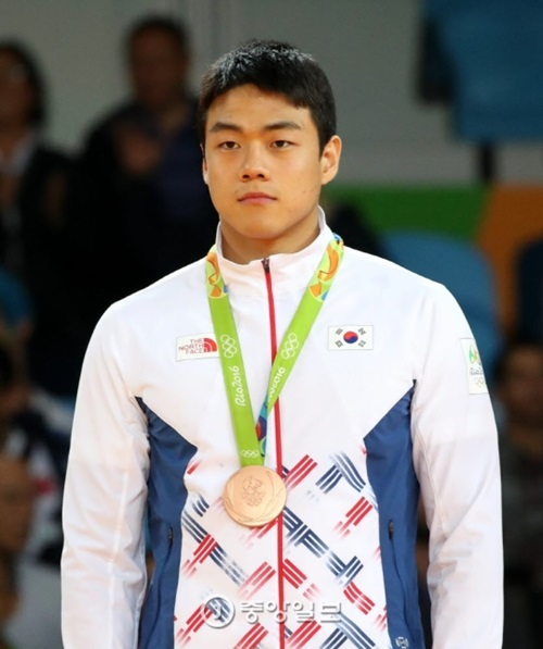 11日午前(日本時間)、五輪柔道男子90キロ以下の表彰式で、クァク・ドンハンが銅メダルを首にかけている。(リオデジャネイロ=五輪写真共同取材団)