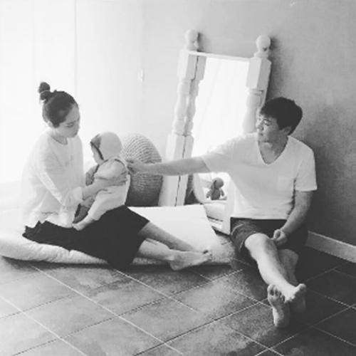 俳優ヨン・ジョンフンが公開した家族写真(写真=本人のインスタグラム)