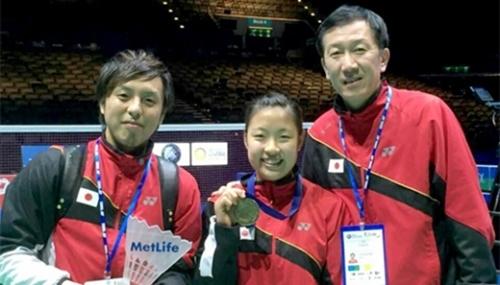 パク・ジュボン日本代表チーム監督(写真右)と3月に開かれた全英オープン女子シングルス優勝者の奥原希望(写真中)。(写真=パク・ジュボン監督)