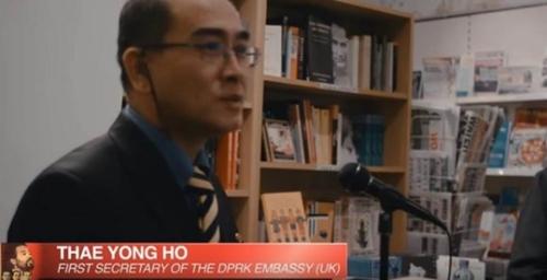 写真=2014年11月、英国ロンドンで開かれたある講演に登場したテ・ヨンホ氏の姿。(写真=YouTubeキャプチャー)