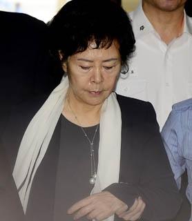 辛英子(シン・ヨンジャ)ロッテ奨学財団理事長が6日、令状実質審査を受けるためにソウル中央地裁に入っている。(中央フォト)