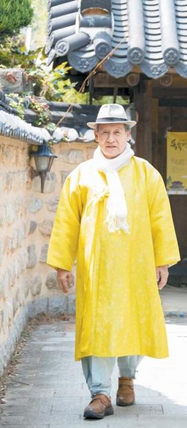 李錫総裁が17日、全州韓屋村(チョンジュ・ハノクマウル)にある「皇孫の家」承光斎を後にしている。