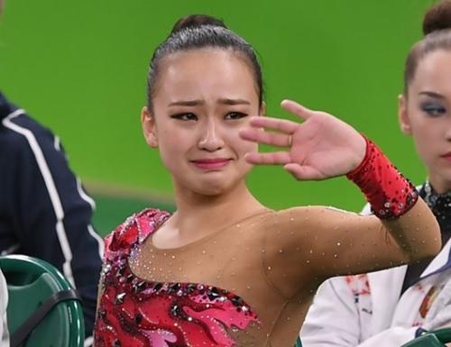 ソン・ヨンジェが新体操で4位になった後、涙を流している。メダル獲得はならなかったが、アジア選手では五輪歴代最高成績となった。(五輪写真共同取材団)