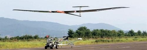 韓国航空宇宙研究院が自主開発した無人機(EAV-3)が12日、全羅南道(チョルラナムド)高興(コフン)航空センターで離陸しているところだ。この無人機はこの日、高度18.5キロメートルの上空で90分間飛行することに成功した。(写真=韓国航空宇宙研究院)