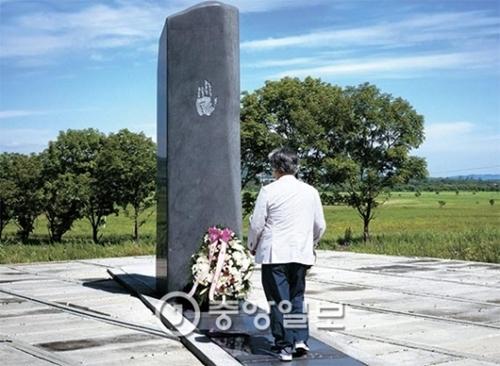 1909年2月7日、安重根(アン・ジュングン)義士をはじめとする独立闘士12人が沿海州クラスキノに集まり、祖国の独立と東洋の平和のために命を捧げることを誓う。いわゆる「断指同盟」だ。彼らは左手の薬指を切った後、赤い鮮血で太極旗の上に「大韓独立」と書いて「大韓国万歳」を3度叫んだ。その年の10月26日、安義士はハルビン駅に降り立った日本の枢密院議長、伊藤博文を射殺する。2001年に光復会と高麗学術文化財団(会長チャン・チヒョク)はクラスキノに「断指同盟碑」を建てた。安義士殉国100周年の2010年に安義士の花火のような人生を記録した小説『不滅』を出した作家李文烈氏が今月9日、断指同盟碑に献花して黙祷している。