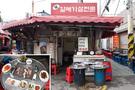 店ごとに看板メニューが異なり、特にオギョプサル(豚の五枚肉)が自慢の店「ソデポチッ」、カルメギサル(豚ハラミ)の専門店「味カルメギサル専門」(写真)が有名です。韓国の庶民的な雰囲気を楽しめる鍾路3街で、地元民に混ざって焼肉をつついてみるのもよいでしょう。