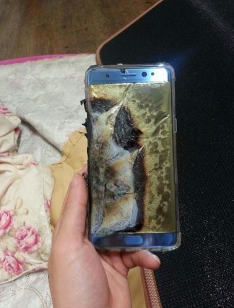先月24日、あるオンラインコミュニティーにバッテリーの爆発と推定されるギャラクシーノート7の写真が載せられた。