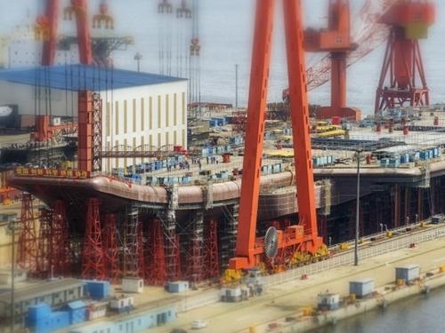 今月初めに「流布」した中国独自開発の初の空母の写真。現在、大連造船所で建造中。(写真=超級大本営軍事論壇fzgfzy)
