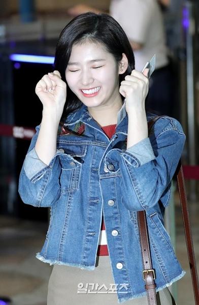 1日午前、金浦国際空港に登場し、ヒット曲『Cheer Up』の自身のパートのポーズを披露したTWICEのサナ。