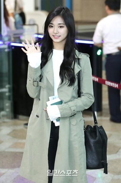 1日午前、金浦国際空港にコート姿で登場したTWICEのツウィ。