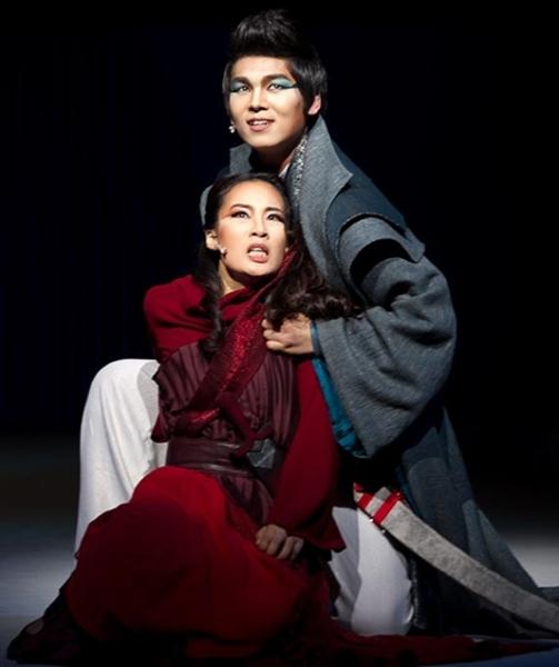 2013年、キム・ジュンスとパク・エリ(下)が主演を務めた唱劇『メディア』の一場面。(写真提供=国立劇場)