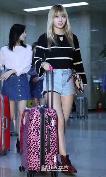 5日午後、金浦空港を通じて韓国に帰国し、入国ゲートで挨拶をしているTWICEのモモ。