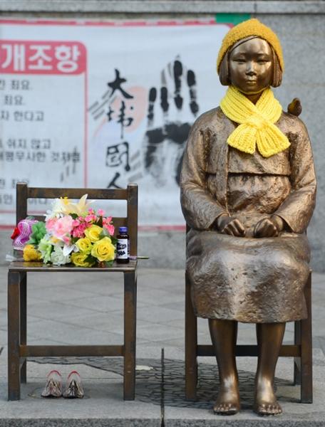 ソウルの日本大使館前の慰安婦少女像。日本政府は少女像の撤去を要請している。(写真=中央フォト)