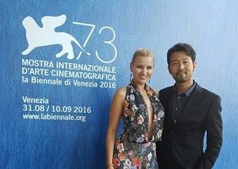 第73回ヴェネツィア国際映画祭に招待された俳優のファン・ゴン(上から一番目は中央、二番目と三番目はともに右)