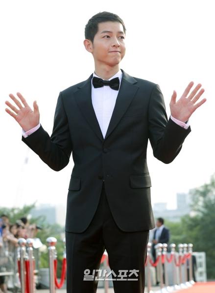 8日午後、ソウル永登浦区KBSホールで開かれた「ソウルドラマアワード2016」で感想を述べる俳優のソン・ジュンギ。