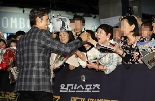 12日午後、ソウルCOEXメガボックスで開かれた映画『The Magnificent Seven』のVIP試写会で、ファンの声援に応える俳優のイ・ビョンホン。