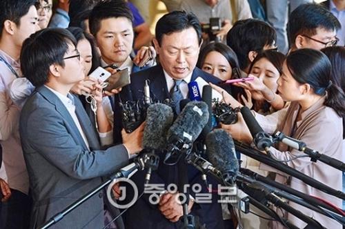 辛東彬(シン・ドンビン)ロッテグループ会長が20日、背任・横領容疑で取り調べを受けるためソウル中央地検に出頭した。