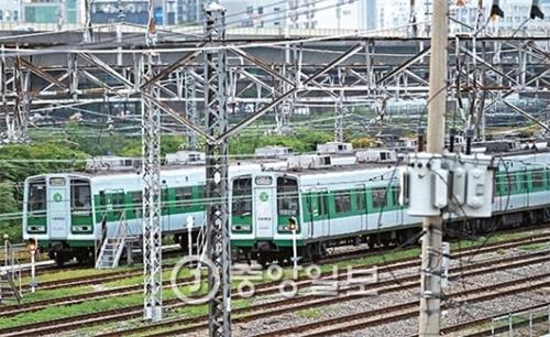 ソウル地下鉄を運営するソウルメトロ(1~4号線)とソウル都市鉄道(5~8号線)の労組が27日からストを予告し出退勤時の交通大乱が懸念されている。ソウル市は25日から非常輸送対策本部を稼動し代替人材300人余りを投じることにするなど対策準備に乗り出した。25日午後、ソウルメトロ君子車両基地に車両が停車している。