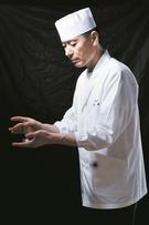 「KOJIMA」パク・ギョンジェ氏。1996~1998年、日本の飲食店、1999~2011年新羅ホテル「有明」、2004年東京「きよ田」に3カ月研修、日本公認酒ソムリエ修了、2011~2014年清潭洞「SUSHI CHOHI/超喜」、2014年~現在は清潭洞「KOJIMA」。
