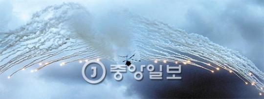 7日に開かれた事前行事で韓国型機動ヘリコプターKUH-1(スリオン)が熱追尾型ミサイルかく乱用のフレアを放出している。